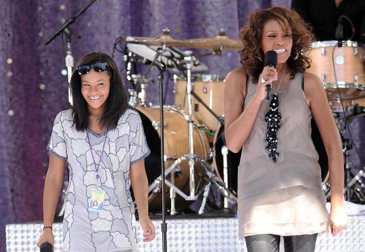 Podría haber más cargos criminales contra la falsa enfermera que atendió a Bobbi Kristina Brown (i), hija única de la cantante Whitney Houston (d), pues al parecer atendió a más personas. (nbcnews.com