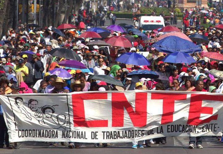 Maestros de Oaxaca, integrantes de la CNTE, protestaron para pedir la liberación de cuatro de sus compañeros que fueron detenido por la PGR. La imagen no corresponde a la protesta de este lunes, sino una que realizó la organización, hace un tiempo, en la Ciudad de México. (Archivo/NTX)