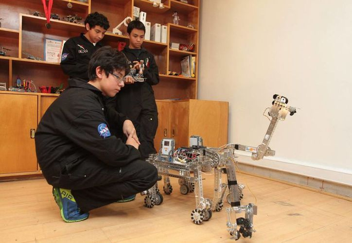 Héctor, Rafa y Pepe diseñaron un robot con el que obtuvieron el segundo lugar en un concurso que los llevo a visitar las instalaciones de la NASA. (Notimex)
