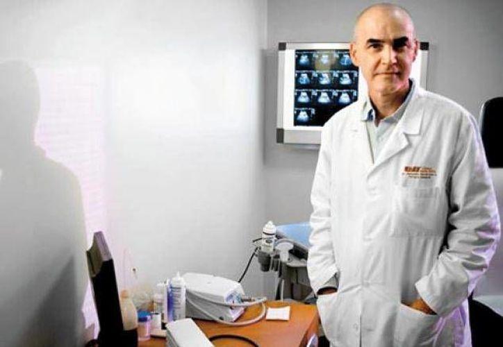 El médico Salvador Navarrete debió abandonar Venezuela por la presión del gobierno. (Milenio)