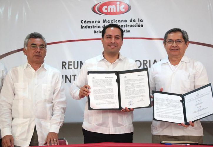 El alcalde de Mérida, Mauricio Vila (c), durante una firma de acuerdos con la Cámara Mexicana de la Industria de la Construcción (CMIC), Delegación Yucatán. (Foto cortesía del Ayuntamiento de Mérida)