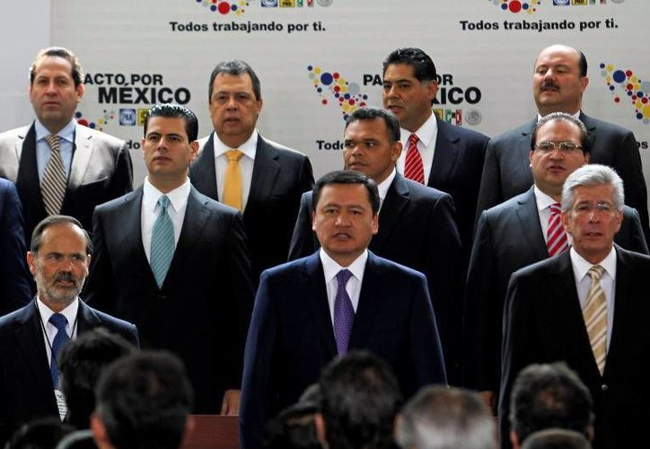 Gobernadores, entre ellos el de Yucatán, Rolando Zapata Bello, y otros funcionarios, en la ceremonia. (SIPSE)