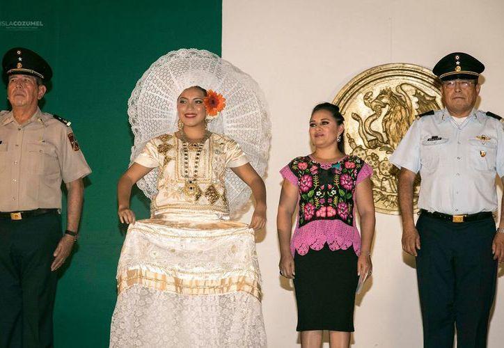 Se realizó la coronación de la Señorita Independencia, que este año la elegida fue Cecilia Anahí Aké Poot. (Foto: Redacción)