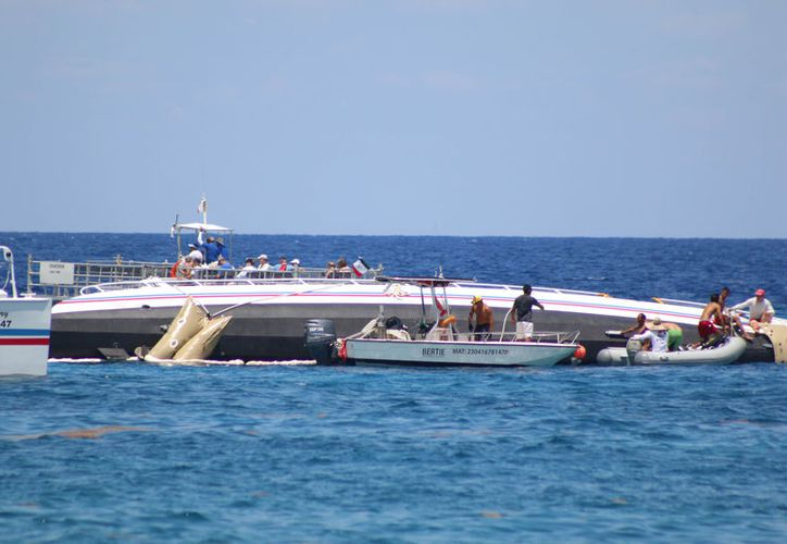 """Personal de la Marina, Capitanía de Puerto y trabajadores de la empresa """"Fury"""" realizaron el salvataje. (Foto: Gustavo Villegas/SIPSE)."""