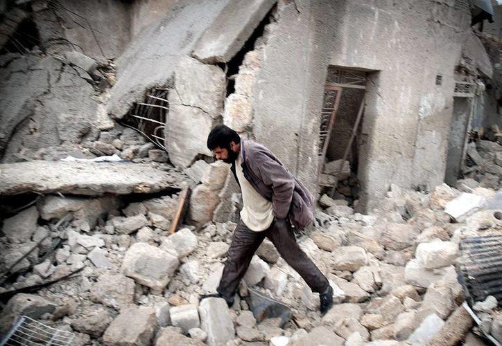 Un hombre sirio camina en medio de escombros en el barrio Jabal Badero en Aleppo (Siria). (EFE/Archivo)