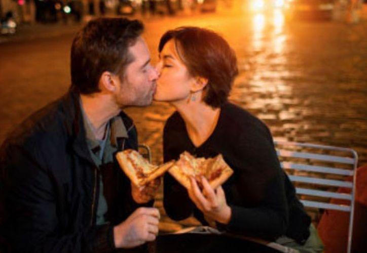 Las parejas felices ya no están en el mercado matrimonial y no están bajo ninguna presión para atraer a otro compañero. (Contexto/Internet).
