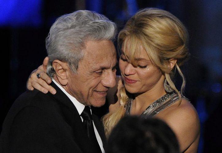 La cantante colombiana Shakira abraza emocionada a su padre William Mebarak Chadid. (EFE/Archivo)