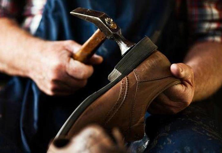 La reparación y fabricación de calzado está relacionada con el cáncer nasal y la leucemia, debido a la exposición al polvo de cuero, el benceno y otros componentes. (Imagen tomada de dereynosa.com)