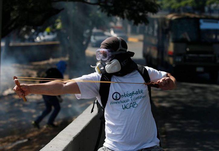 Un manifestante durante las protestas del sábado 22 en Caracas, Venezuela. (Agencias)
