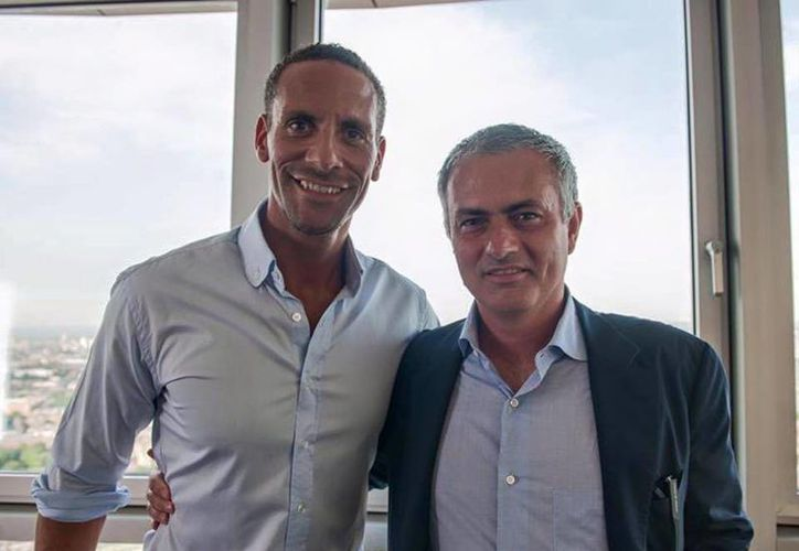 Rio Ferdinand y José Mourinho, en la firma de contrato con el Manchester United. (Facebook: Rio Ferdinand)