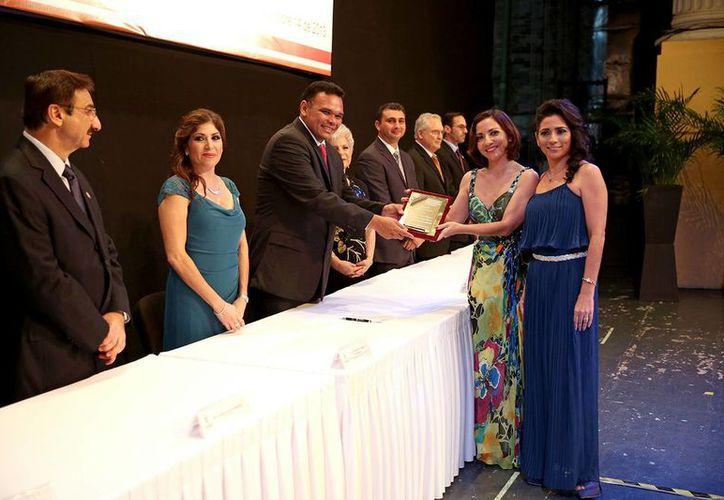Ceremonia de entrega de reconocimientos a yucatecas. (Milenio Novedades)