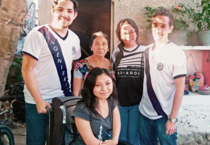 Sheila Mariela Tuz Nahuat acompañada de las y los alumnos Itzia Ortiz, Gabriel Cajiga y Esteban González.