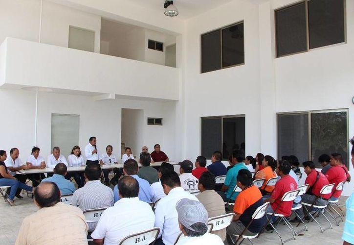 Se firmó la entrega oficial de los documentos de las instalaciones al Ayuntamiento de Lázaro Cárdenas. (Raúl Balam/SIPSE)