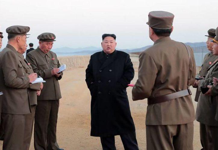 La nueva prueba de campo sería la primera conocida a la que acude Kim Jong-un. (Foto: AP)