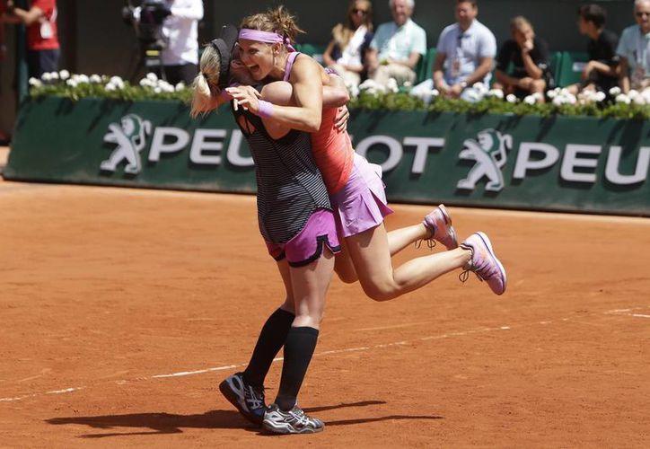 La checa Lucie Safarova (d) y la estadounidense Bethanie Mattek-Sands celebran la obtención del título de dobles en Roland Garros. (Fotos: AP)