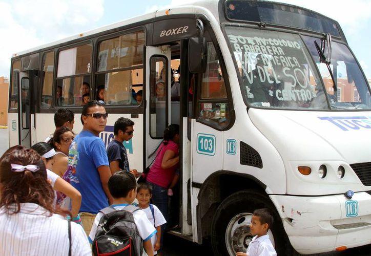 Debido al crecimiento de Playa del Carmen las dos empresas de servicio de transporte público no dan abasto con las rutas existentes. (Adrián Barreto/SIPSE)