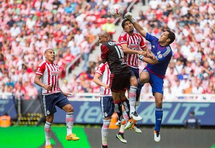 Chivas está en puestos de liguilla tras vencer este domingo al Atlas con un 1-0. (Mexsport)
