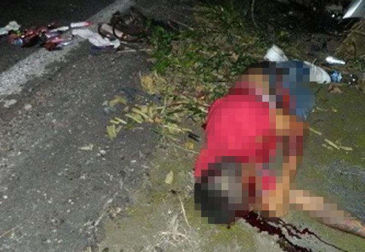 El cuerpo de Benjamín terminó en el pavimento inerte. Sufrió fractura de cabeza y otras partes del cuerpo. El autor de la tragedia huyó del lugar. (SIPSE)