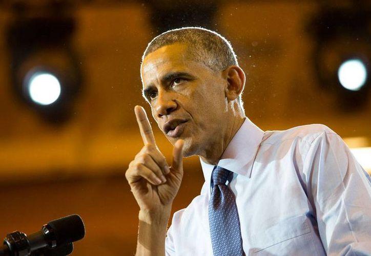 El presidente de EU, Barack Obama, intenta hacer campaña (la imagen corresponde a un mitin en Wisconsin) cuando su popularidad está por los suelos. (AP)