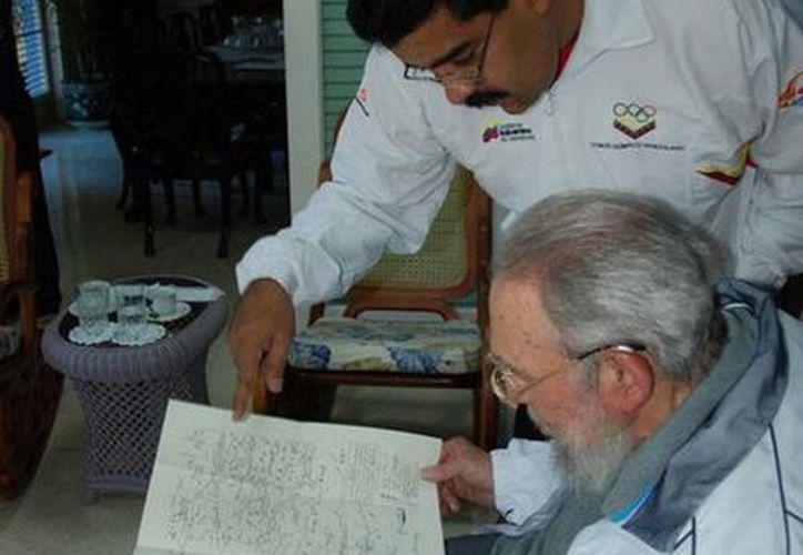 El presidente de Venezuela, Nicolás Maduro, le regaló al exmandatario de Cuba, Fidel Castro, las obras completas del general irlandés Daniel Florencio O'Leary (1801-1854), que luchó con Simón Bolívar. (@NicolasMaduro, en Twitter)