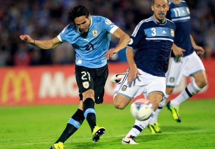 """Las selecciones de Uruguay y Suiza están a la """"pelea"""" por la cabeza de su grupo, para el Mundial Brasil 2014. (@SoyCelestee)"""
