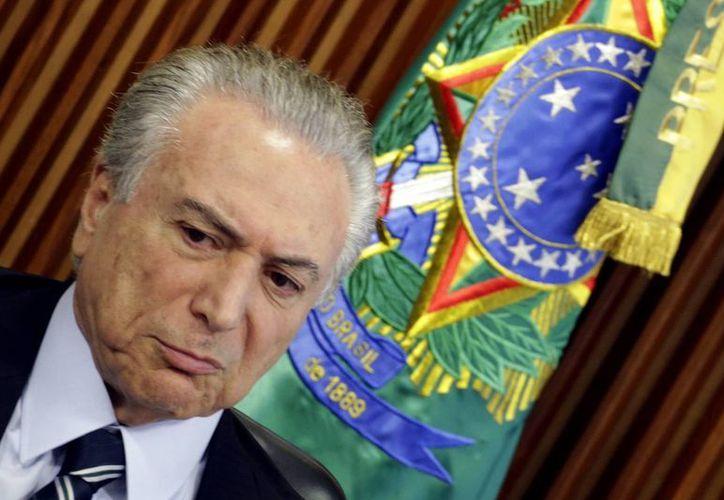 Michel Temer dio la orden de que el retrato oficial de la presidenta Rousseff permanezca en las oficinas oficiales hasta que su situación judicial sea definida. (EFE)