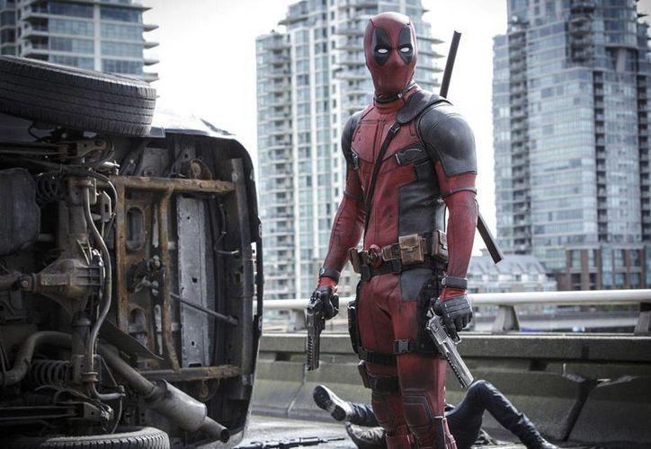 Ryan Reynolds es un mercenario malhablado en 'Deadpool'. (AP)