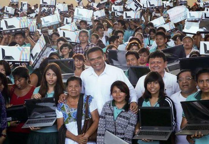 Durante la semana pasada el gobernador también entregó computadoras del programa Bienestar Digital a estudiantes del Colegio de Bachilleres. (Milenio Novedades)