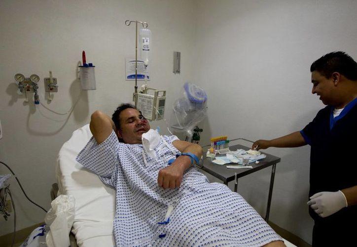 El fotógrafo freelance de Associated Press Marco Ugarte convalece en un hospital en Ciudad de México. (Agencias)