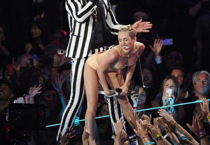 En la ceremonia de los MTV Video Music Awards, Miley Cyrus revivió el twerking al lado de Robin Thicke. (Agencias)