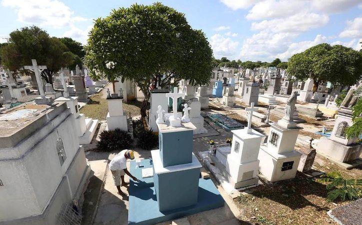 El Ayuntamiento realiza obras de mantenimiento y limpieza en los cementerios de Mérida, a fin de dejarlos listos para el Día de Muertos. (Milenio Novedades)
