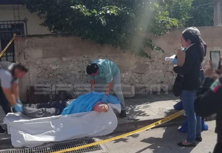 El cuerpo del hombre quedó tendido en una banqueta de la calle 16 en Caucel Pueblo.