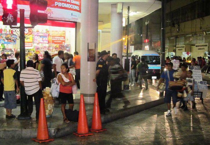 Las autoridades policiacas mantuvieron una férrea vigilancia en la zonas bancarias, comerciales y plazas. (SIPSE)