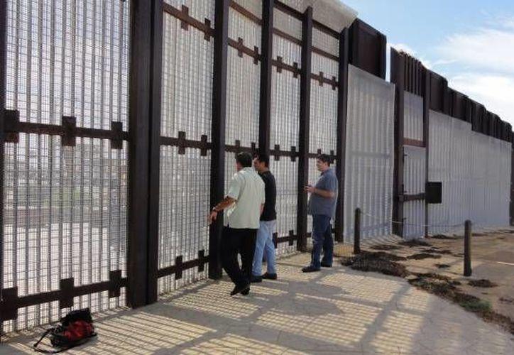 Cientos de migrantes son impedidos de cruzar la frontera y 'arrojados como basura'. (Notimex/Archivo)