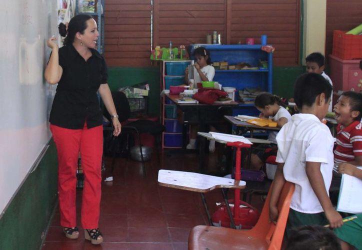 Se pagó un bono de seis mil 500 pesos a cada profesor activo y jubilados como bonificación por su día. (Harold Alcocer/SIPSE)