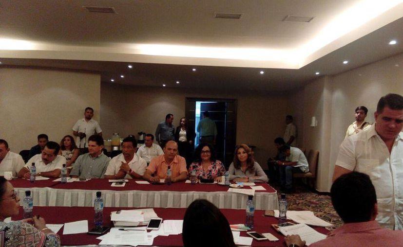 Los diputados durante la sesión en las instalaciones del hotel Parnassus. (Jesús Tijerina/SIPSE)