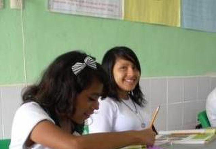 Las becas son de mil pesos bimestrales para estudiantes de secundaria y de 500 para primaria. (SIPSE)