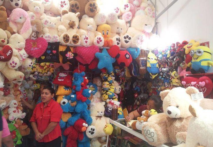 Los muñecos de peluche suelen ser los objetos más comprados en el Día del Amor y la Amistad, debido al precio y facilidad de conseguirlos.(Archivo/SIPSE)