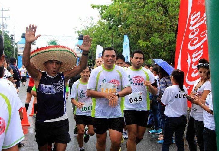 El gobenador Rolando Zapata Bello, en el recorrido de la Carrera de la Independencia. (Milenio Novedades)