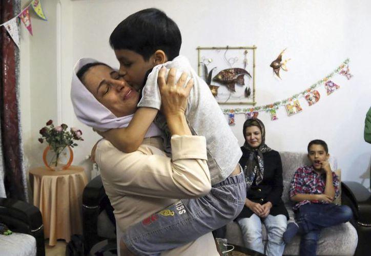 La activista encarcelada por el régimen iraní Nasrin Sotoudeh abraza a su hijo Nima en su casa de Teherán, Irán. (EFE)