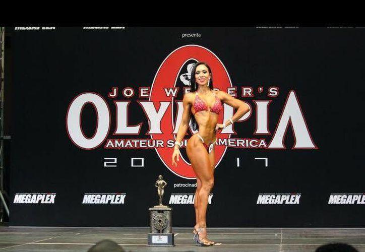 """Brenda Sosa obtuvo uno de los tres carnets profesionales que se entregaron durante el certamen """"Mr. Olympia Amateur 2017"""", en Colombia. (Facebook/BrendaSosa)"""