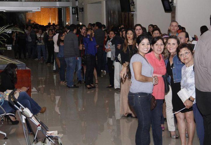 Fans en la cola para entrar al Concierto Primera Fila. (SIPSE)