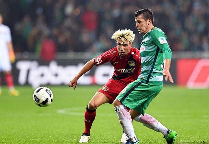 Con la derrota, Bayer Leverkusen se quedó estancado a mitad de tabla con diez unidades, a siete del primer lugar, Bayern Múnich.(EFE)