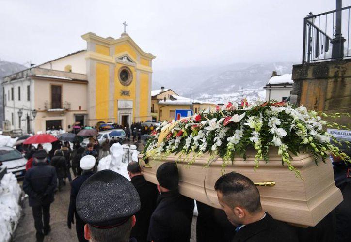 Una multitud se congregó bajo una constante lluvia en la iglesia de Farindola para despedir a Alessandro Gincaterino, quien era jefe de camareros y fue unos de los primeros cuerpos encontrados. (Alessandro Di Meo/ANSA vía AP)