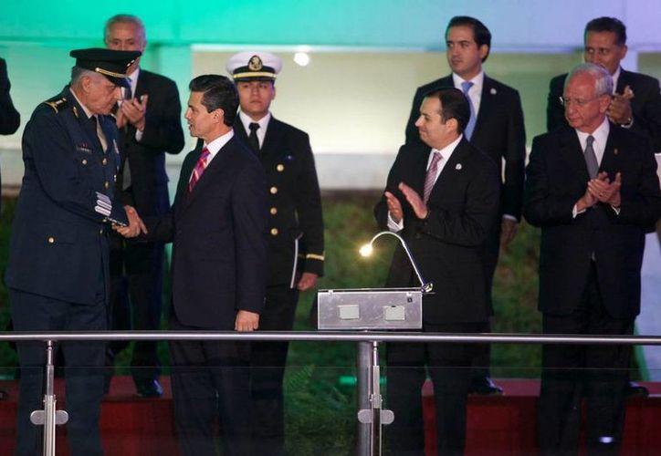 El general Salvador Cienfuegos junto al presidente Enrique Peña Nieto y el senador Ernesto Cordero, durante la ceremonia conmemorativa del centenario del Ejército. (presidencia.gob.mx)