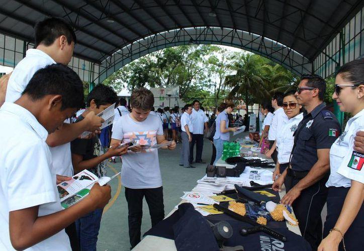 Cientos de alumnos de secundaria participaron en la Feria de la Juventud. (Sara Cauich/SIPSE)