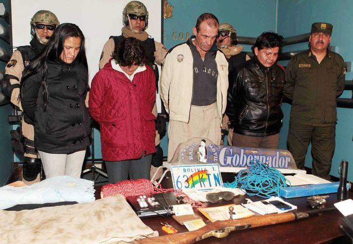 La policía de Bolivia muestra a José Luis Bertón Barbery (centro), pastor de una iglesia evangélica de La Paz y presunto líder de una banda que cometió 17 secuestros en el último año y que cobraba rescates que oscilaban entre 100,000 y 250,000 dólares. (EFE)