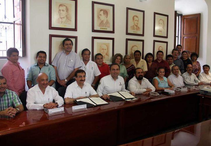 Imagen de la firma de convenio entre la Uady y la Sedesol, que aportará 4 millones de pesos  para realizar actividades para la población necesitada. (Milenio Novedades)
