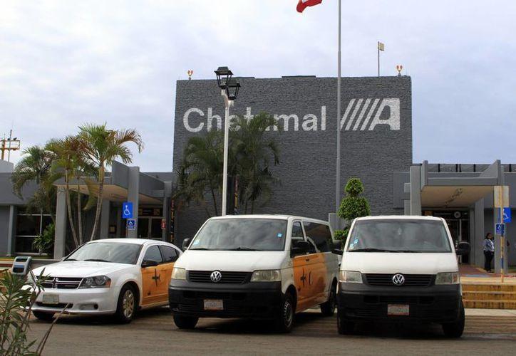 Hasta el martes, los automovilistas podían estacionarse en cualquier parte para despedir a sus parientes o conocidos. (Ángel Castilla/SIPSE)