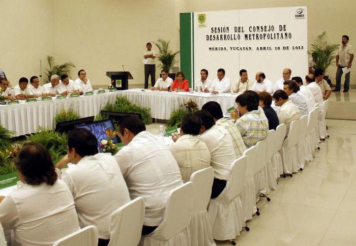 La sesión del Consejo de Desarrollo Metropolitano se efectuó en el Centro de Convenciones Siglo XXI. (SIPSE)